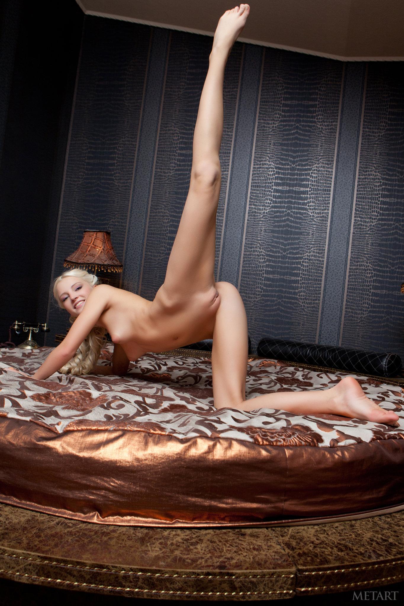 Amateur Sey Blonde Babe Posing